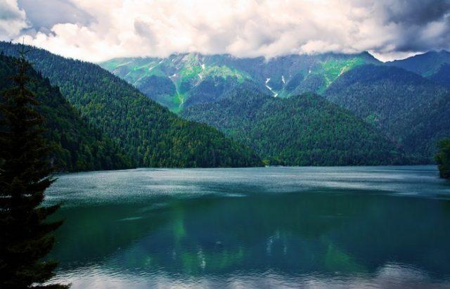 7f90e9db3c2cd04a3b70f946082aa339 640x411 Озеро Рица – высокогорный бриллиант Абхазии